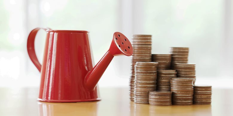 bidrag_17766538-red-watering-can-with-coin-path-in-side-isolate.jpg