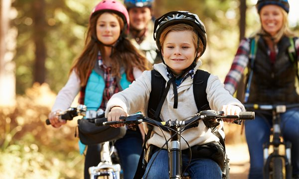 Webb_Cykel_15835790-family-mountain-biking-on-forest-trail-front-view.jpg