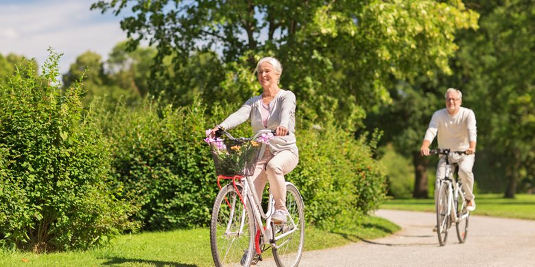 23175955-happy-senior-couple-riding-bicycles-at-summer-park.jpg